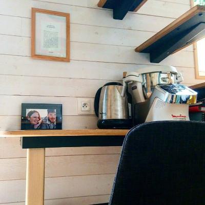 Amenagement sur-mesure du bureau/plan de travail de la tiny house Lecaninole du constructeur Baluchon.