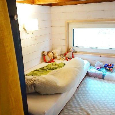 Amenagement sur-mesure de la chambre bébé de la tiny house Lecaninole du constructeur Baluchon.