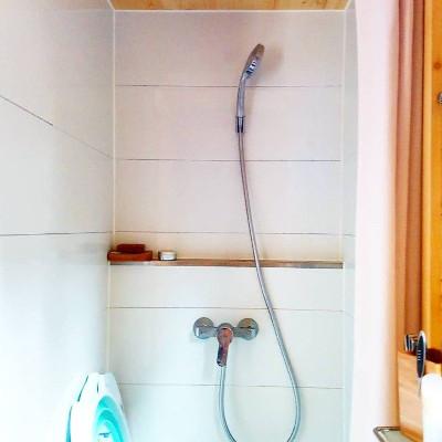Amenagement sur-mesure de la douche de la tiny house Lecaninole du constructeur Baluchon.