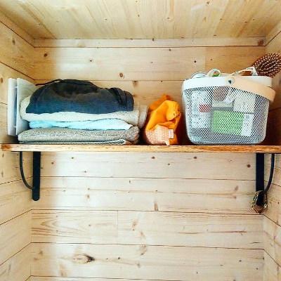 Amenagement sur-mesure des étagères de la salle de bain de la tiny house Lecaninole du constructeur Baluchon.