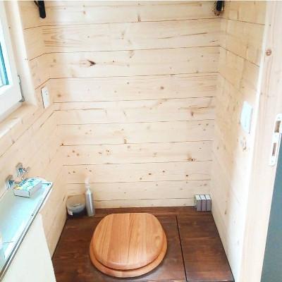 Amenagement sur-mesure des toilettes sèches de la tiny house Lecaninole du constructeur Baluchon.