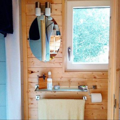 Amenagement sur-mesure de la salle de bain minimaliste de la tiny house Lecaninole du constructeur Baluchon.