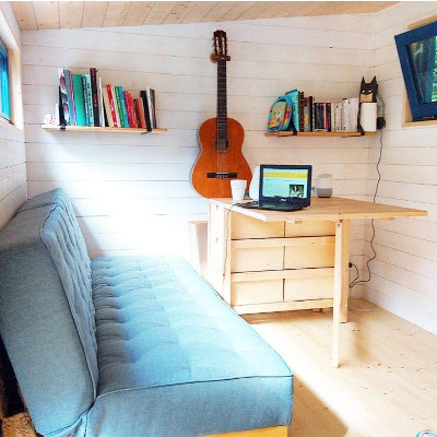 Amenagement sur-mesure du salon de la tiny house Lecaninole du constructeur Baluchon.