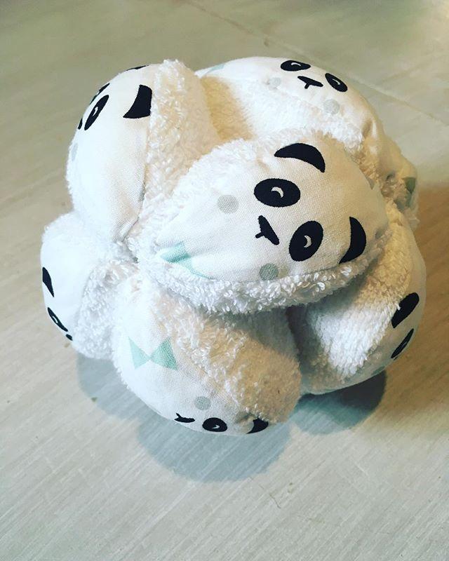 Balle de préhension Montessori fabriquée par @camlabricole