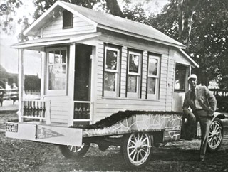 Charles Miller (Ogden – Oregon, Etats-Unis) avec sa Tiny House de 1929 sur base de Ford Model T.