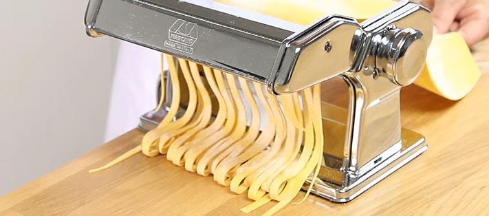 Découpe de la pâte en tagliatelles
