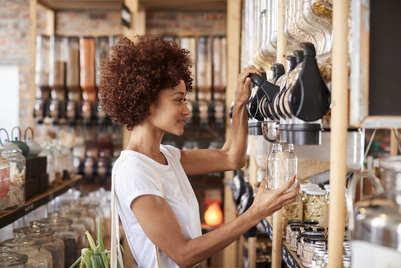 Jeune femme qui fait ses courses en vrac dans une épicerie zéro déchet