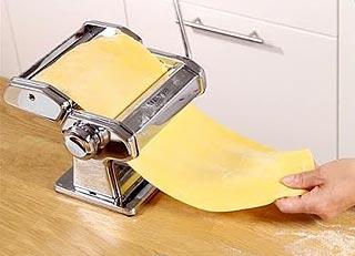 Abaissement de la pâte au laminoir