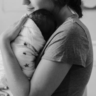 maman avec bébé dans ses bras