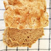 pain de mie maison positionné sur un torchon à carreaux