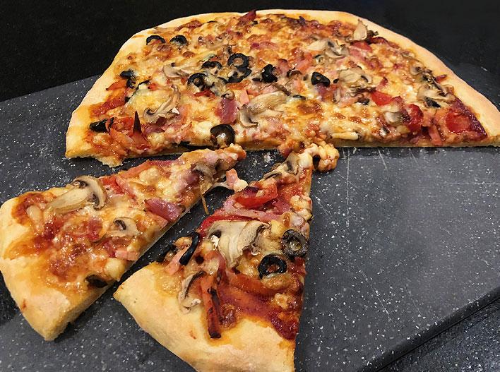 Pizza base tomate, jambon, champignon