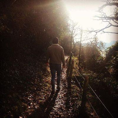 homme qui se promène sur un chemin en automne
