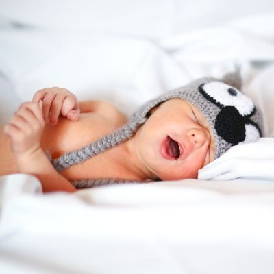 bébé nouveau né qui baille